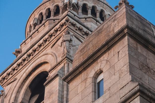 Oude betonnen kathedraal met standbeeld