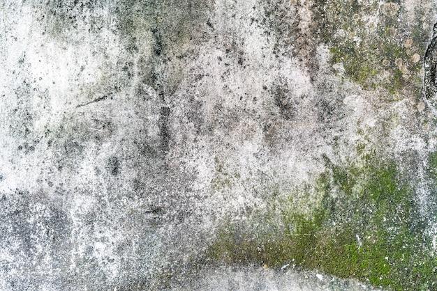 Oude betonnen wand met waterdruppels en sporen met mos textuur. perfect voor achtergrond.
