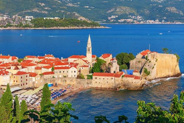 Oude binnenstad van budva, luchtfoto, montenegro.