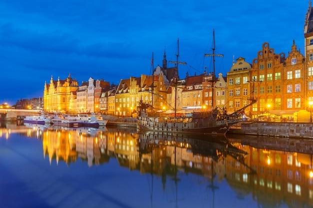 Oude binnenstad van gdansk, dlugie pobrzeze en motlawa-rivier 's nachts