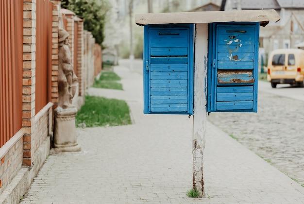 Oude blauwe brievenbussen op straat