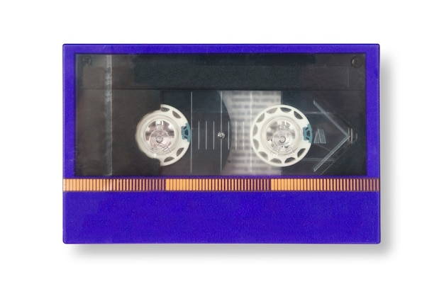 Oude blauwe cassetteband nieuwstaat in doos met schaduw geïsoleerd op witte achtergrond