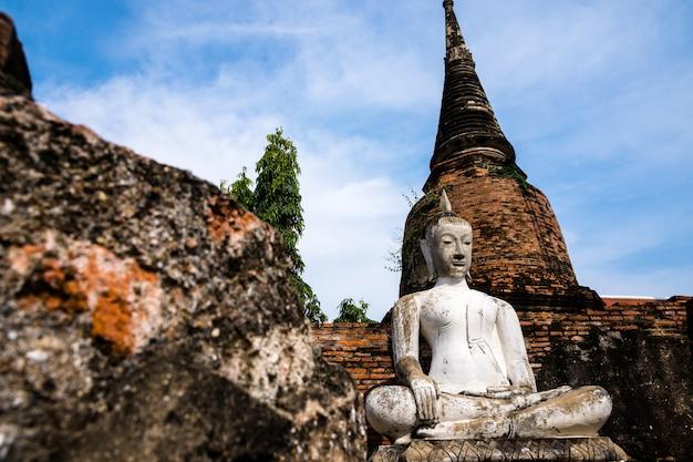 Oude boeddha stucwerk wit een oude rode baksteen thaise oude traditie pagode.