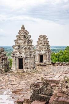 Oude boeddhistische khmer tempel in angkor wat, cambodja. baksei chamkrong-tempel