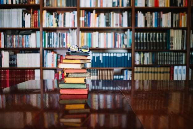 Oude boeken en glazen in bibliotheek
