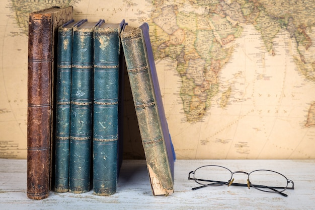 Oude boeken en glazen