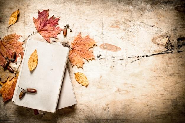 Oude boeken en herfstbladeren