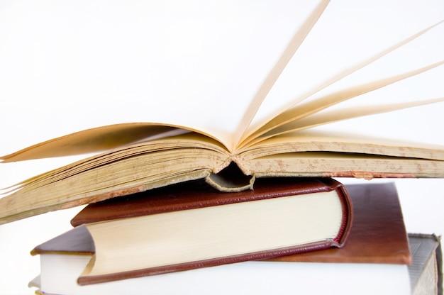 Oude boeken gestapeld