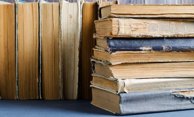 Oude boeken met gekreukelde, gescheurde covers.