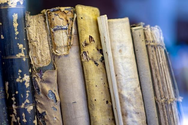 Oude boeken op de boekenplank