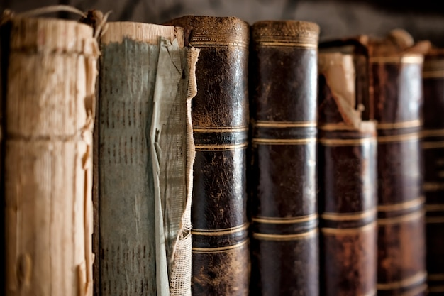 Oude boeken op een plank