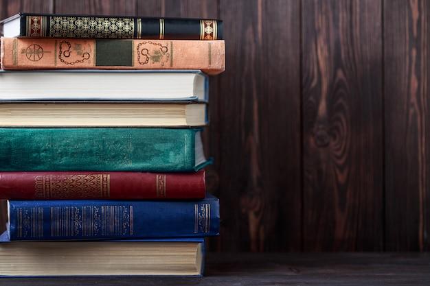 Oude boeken op houten tafel. de bron van informatie