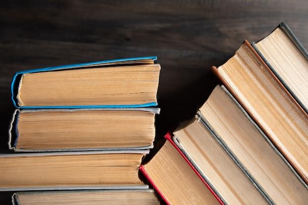 Oude boeken op tafel.