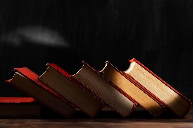 Oude boekenregeling met licht