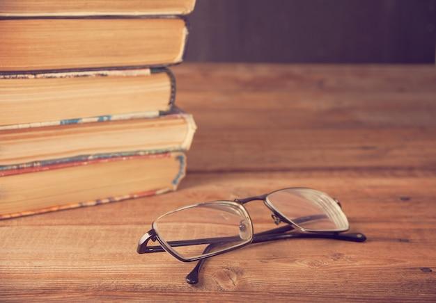 Oude boekenrij op de schoolbordachtergrond