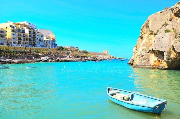 Oude boot in de haven van het eiland gozo in malta