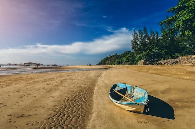 Oude boot op het strand