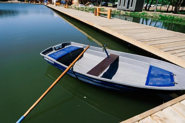 Oude boten op een meer, schoonheidswereld. retro stijl.