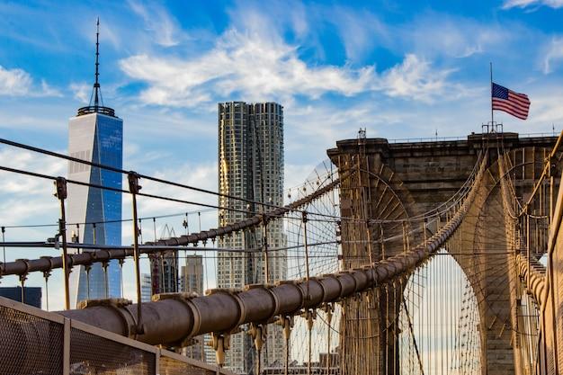 Oude brug met touwen en een amerikaanse vlag