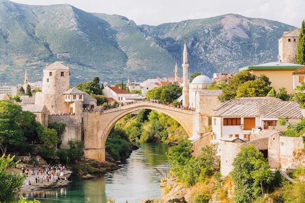 Oude brug moskee en rivier neretva in de oude binnenstad van mostar, bosnië