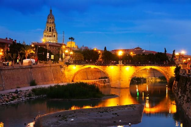 Oude brug over rivier segura in avond. murcia