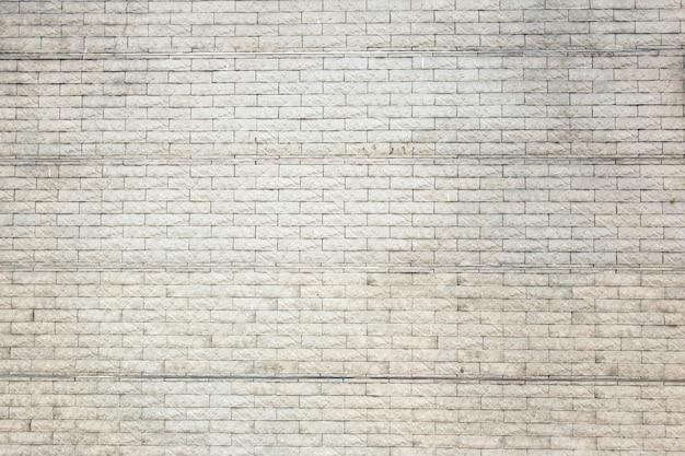 Oude bruine bakstenen muur met zilveren striptegel
