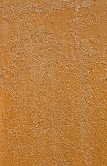 Oude bruine gepelde verf op metalen verticale achtergrond