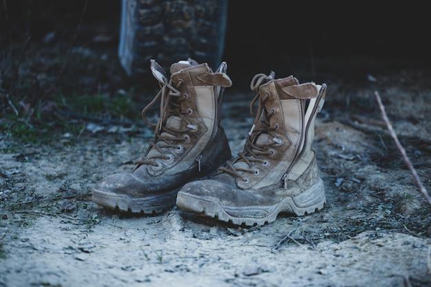 Oude bruine militaire laarzen
