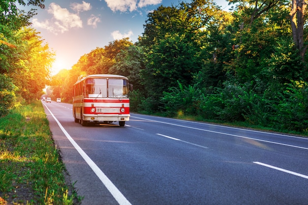 Oude bus rijdt op de weg