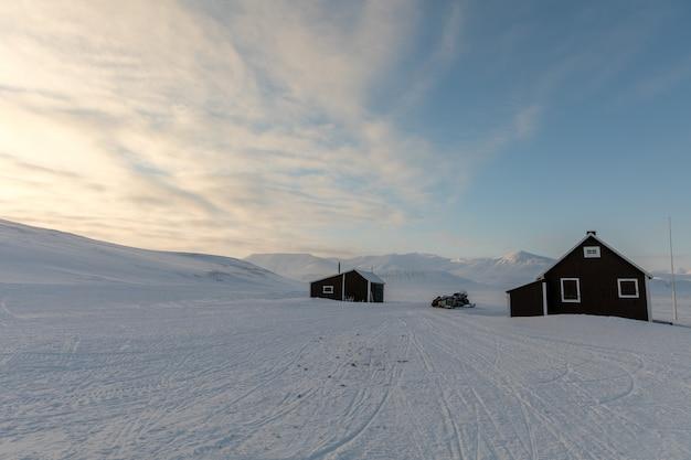 Oude cabine in noordpoollandschap in svalbard, noorwegen