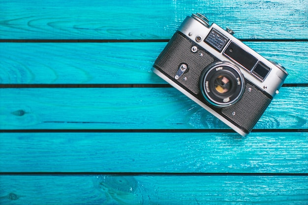Oude camera op houten achtergrond