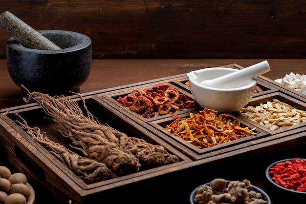 Oude chinese geneeskundekruiden op tafel