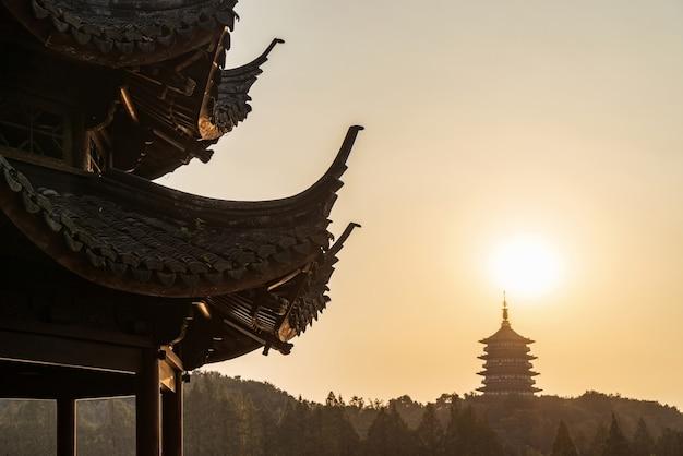 Oude chinese pagode bij zonsondergang, het westenmeer, hangzhou, china