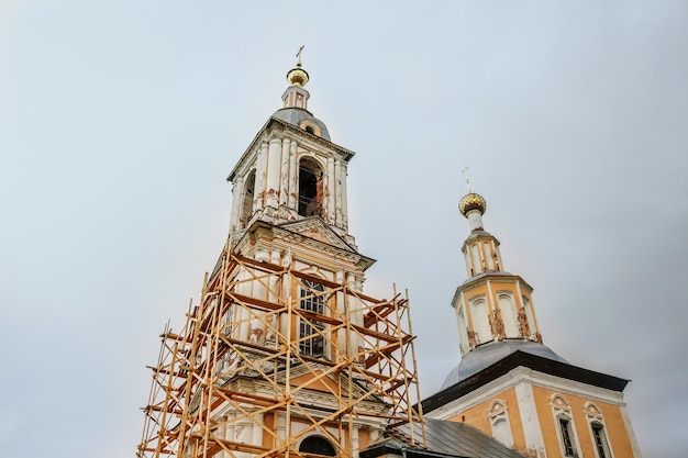 Oude christelijke kerk op de herfst