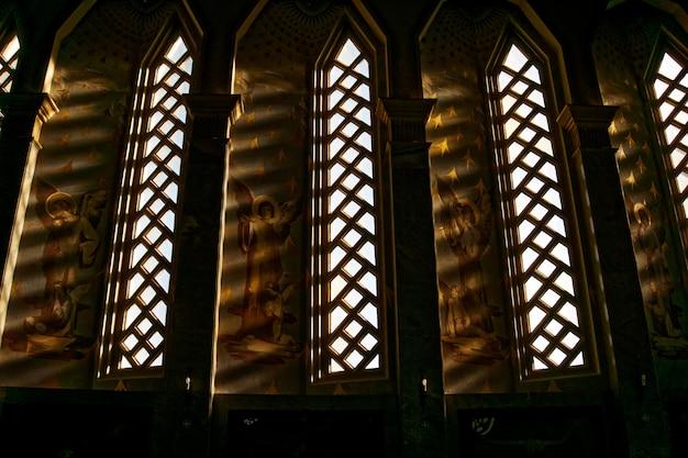 Oude christelijke tempel met middeleeuwse kunstwerken naast de ramen