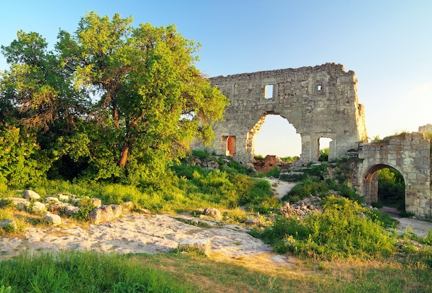 Oude citadelruïnes op hemelachtergrond. mangup boerenkool, krim