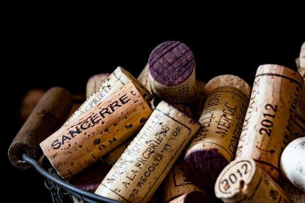 Oude corkkurken van franse wijnen in een draadmand