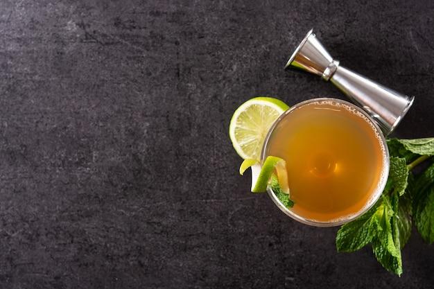 Oude cubaanse cocktail op zwarte leiachtergrond