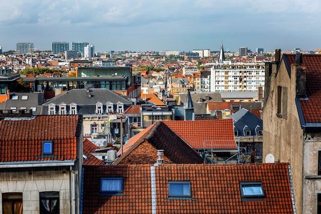 Oude daken van huizen in brussel. prachtig uitzicht van bovenaf.