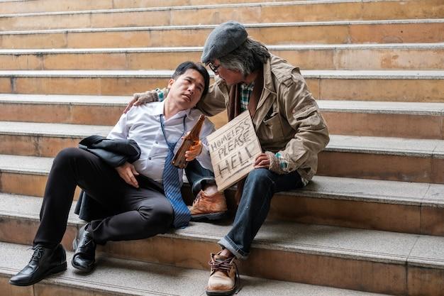 Oude daklozen luisteren naar de problemen van zakenman met alcoholfles