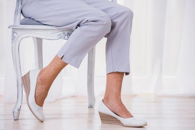 Oude dame die leuke broek draagt