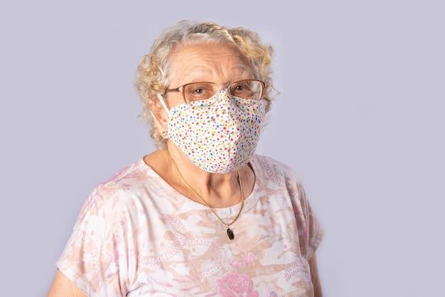 Oude dame in mascara op grijs