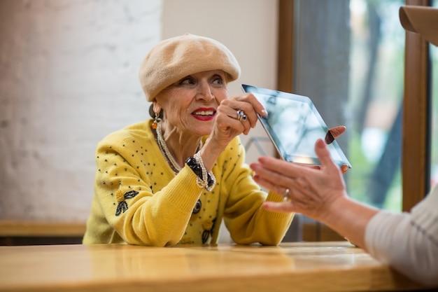 Oude dame met een tablet