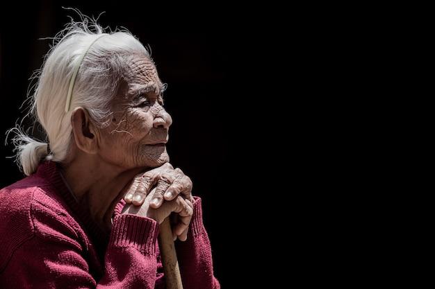 Oude dame op zwarte backgrouns
