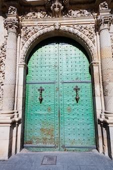 Oude deur. ingang van het stadsbestuur van alicante