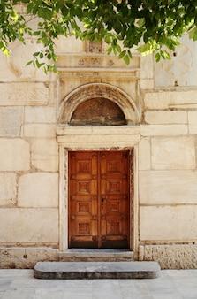 Oude deur naar de kerk