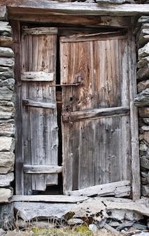 Oude deur van hout, in parco del gran paradiso, italië
