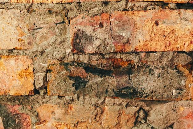 Oude doorstane bruine bakstenen muur voor achtergrond