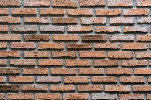 Oude doorstane oranje bakstenen muur