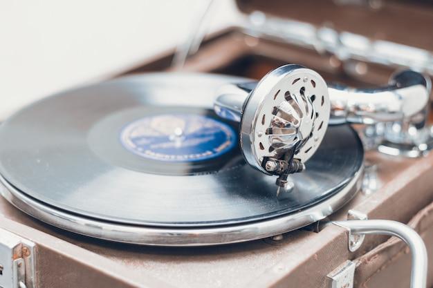 Oude draagbare grammofoon